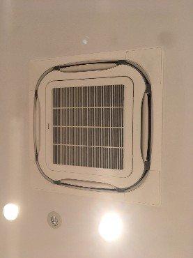 業務用エアコンクリーニング現場写真:美容室様の天井埋込み形エアコンの外観写真