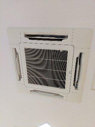 業務用エアコンクリーニング現場写真:天井埋込み形エアコン外観写真