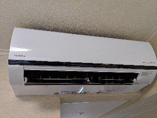 ビジネスホテル様客室内の壁掛エアコンクリーニング現場写真。壁掛エアコンお掃除機能付き外観。