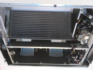 業務用エアコンクリーニング現場写真:天井埋込み形エアコン分解洗浄写真