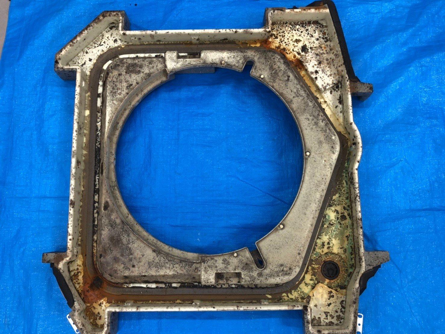 業務用エアコンクリーニング現場写真:業務用天井埋込みタイプエアコン写真エアコン内部洗浄前ドレンパン
