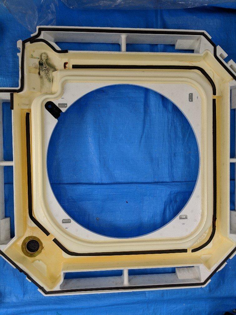 業務用エアコンクリーニング現場写真:業務用天井埋込みタイプエアコン写真エアコン内部洗浄後ドレンパン