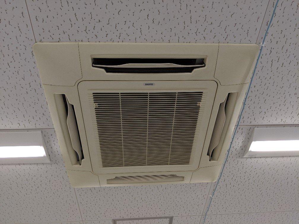 業務用エアコンクリーニング現場写真:業務用天井埋込みタイプエアコン写真外観サンヨー(三洋電機)