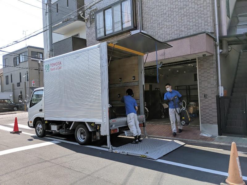 アンドクリーン株式会社高槻本店引っ越し写真。高槻本社前にてトラックへ積み込み中