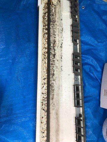 ダイキンエアコンクリーニング大阪おすすめ専門業者現場写真。天井吊り形エアコンドレンパン洗浄前