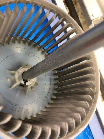 ダイキンエアコンクリーニング大阪おすすめ専門業者現場写真。天井吊り形エアコンシロッコファン洗浄前アップ