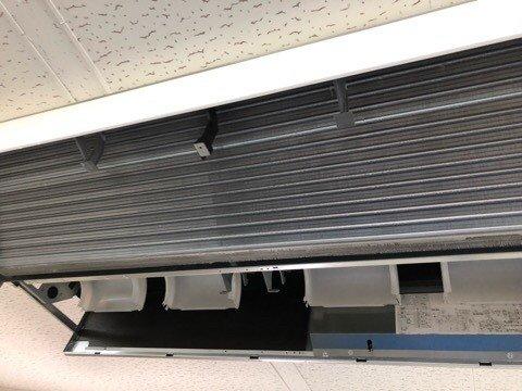 ダイキンエアコンクリーニング大阪おすすめ専門業者現場写真。天井吊り形エアコン熱交換器洗浄後
