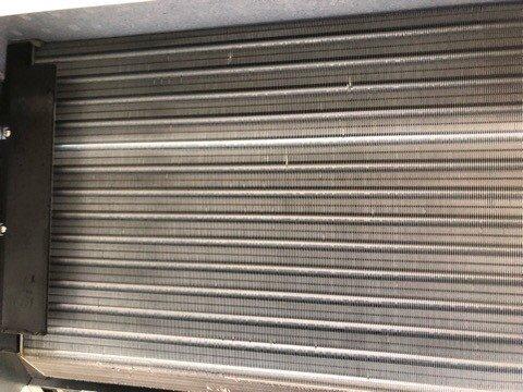 ダイキンエアコンクリーニング大阪おすすめ専門業者現場写真。天井吊り形エアコン熱交換器洗浄後アップ