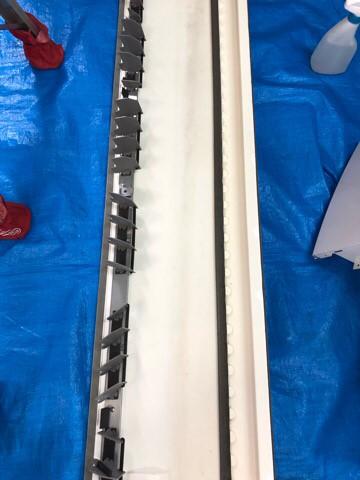 ダイキンエアコンクリーニング大阪おすすめ専門業者現場写真。天井吊り形エアコンドレンパン洗浄後