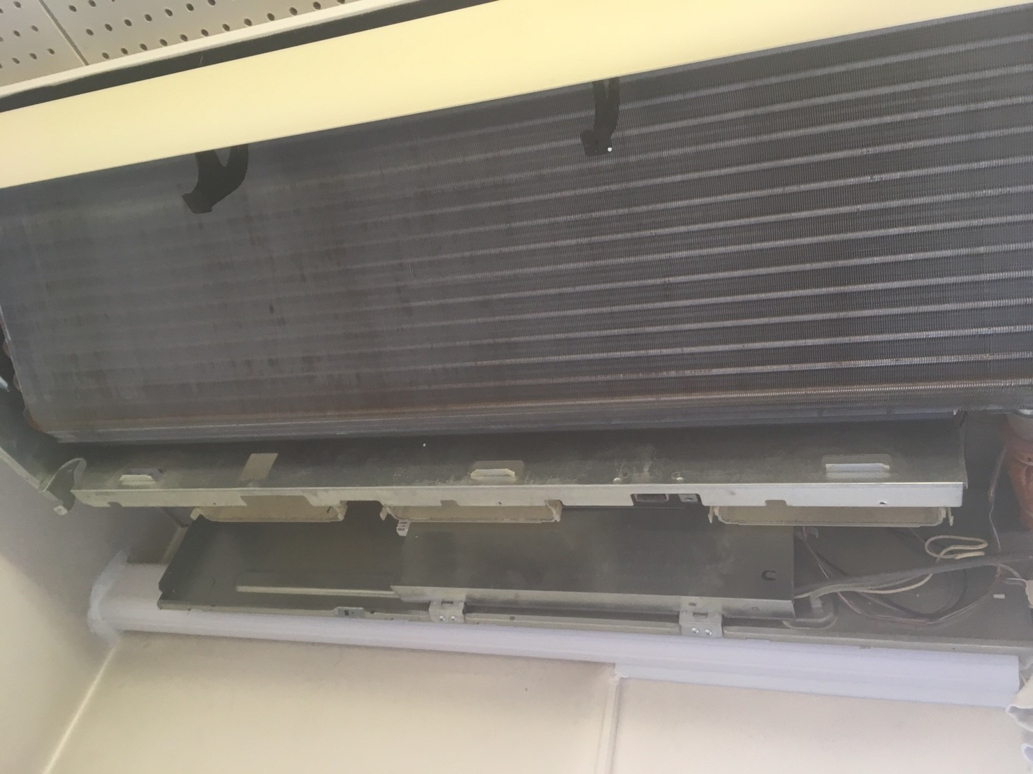 三菱製業務用エアコンクリーニング現場写真。業務用エアコン天井吊り形のアルミフィン