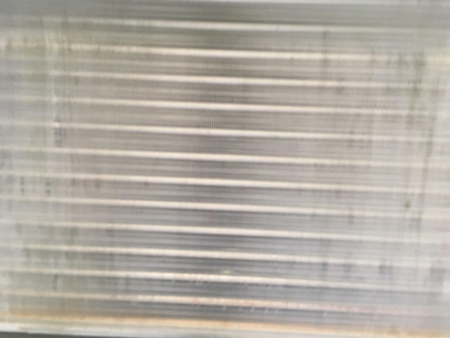 三菱製業務用エアコンクリーニング現場写真。業務用エアコン天井吊り形アルミフィンアップ