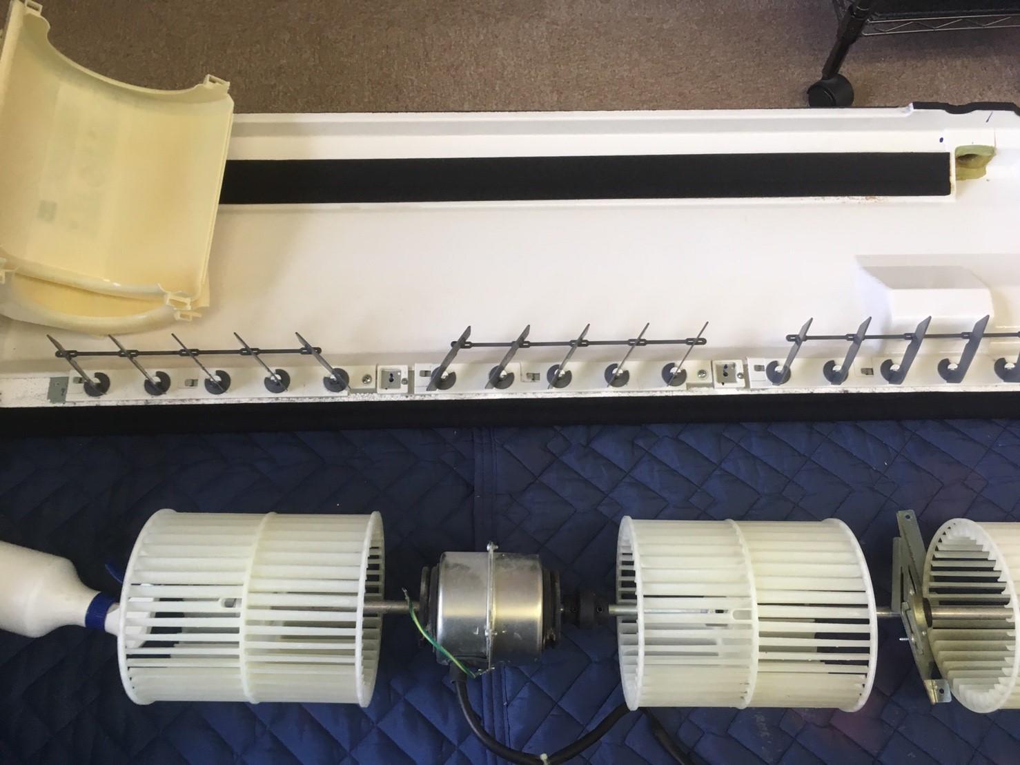 三菱製業務用エアコンクリーニング現場写真。業務用エアコン天井吊り形のドレンパンやシロッコファン