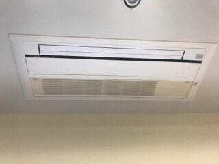 美容院美容室の天井埋込みエアコンクリーニング現場写真。エアコン外観