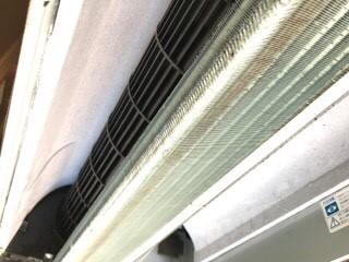 美容院美容室の天井埋込みエアコンクリーニング現場写真。エアコンファンと熱交換器洗浄後