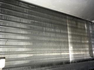 大阪府吹田市クリニック病院様天井埋込みエアコンクリーニング現場写真。エアコン熱交換器(アルミフィン)洗浄後