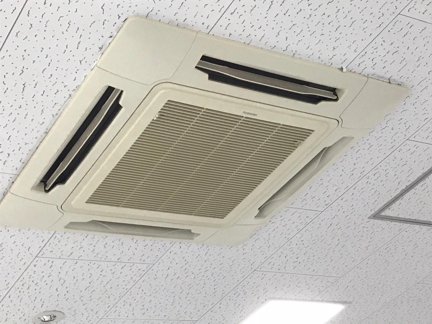 東芝製エアコンクリーニング大阪府箕面市現場写真。エアコン外観1