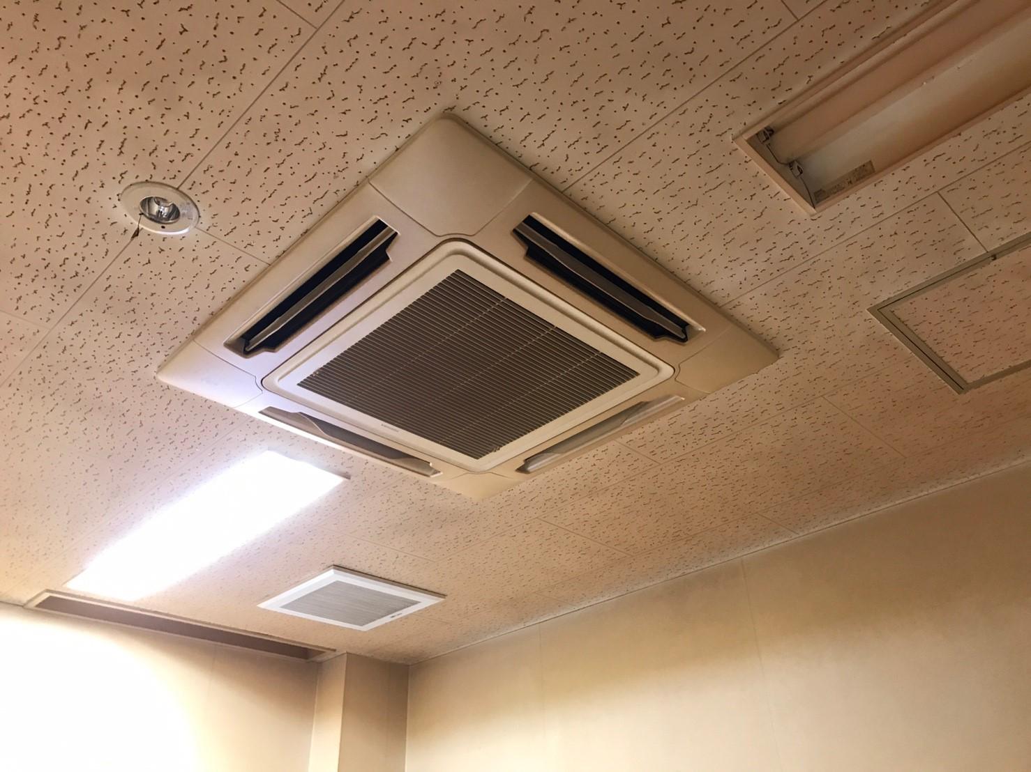 東芝製エアコンクリーニング大阪府箕面市現場写真。エアコン外観2