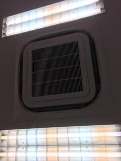 大阪府箕面市の薬局様ダイキンエアコンクリーニング現場。天井エアコン外観